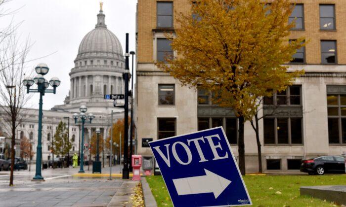 A sign directs voters towards a polling place near the state capitol in Madison, Wisconsin, on Nov. 6, 2018. (Nick Oxford/File Photo/Reuters)