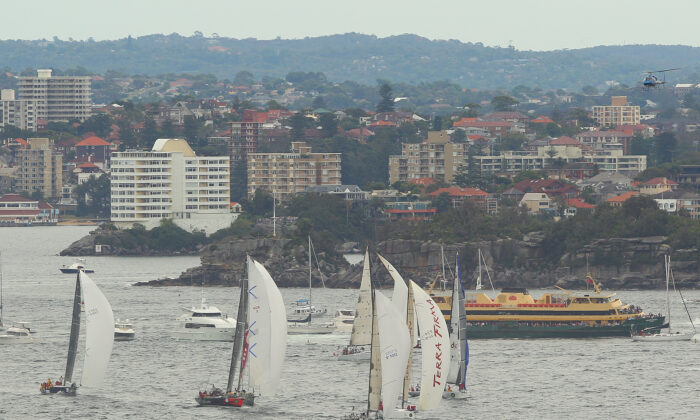 SYDNEY, AUSTRALIA - DECEMBER 26:  Competitors race through Sydney Harbour during the start of the Sydney to Hobart race on Sydney Harbour on December 26, 2010 in Sydney, Australia.  (Photo by Cameron Spencer/Getty Images)