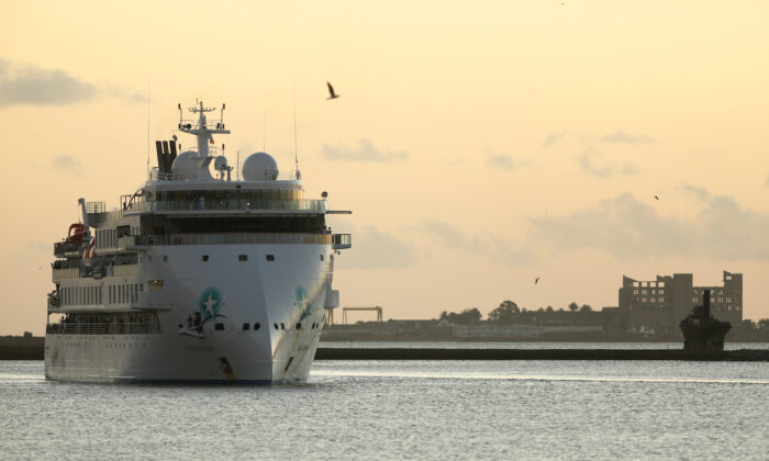 Australian cruise ship Greg Mortimer arrives, as its passengers will later be transported to Australia, during the CCP virus panemic, at the port in Montevideo, Uruguay April 10, 2020. (Reuters/Mariana Greif)