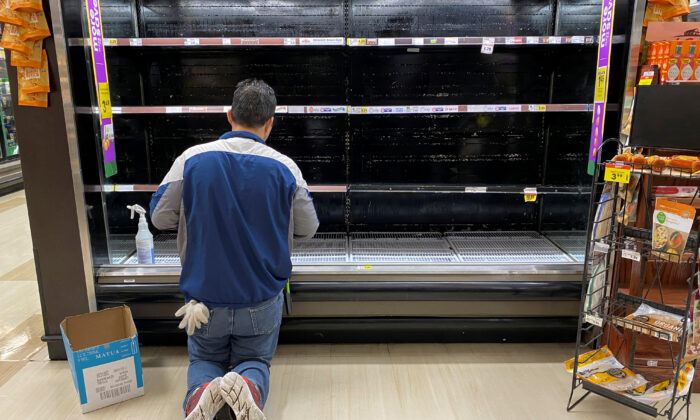A store worker cleans an empty display for eggs inside Kroger Co.'s Ralphs supermarket amid fears of the global growth of CCP virus cases, in Los Angeles, California, on March 15, 2020.  (Patrick T. Fallon/Reuters, File Photo)