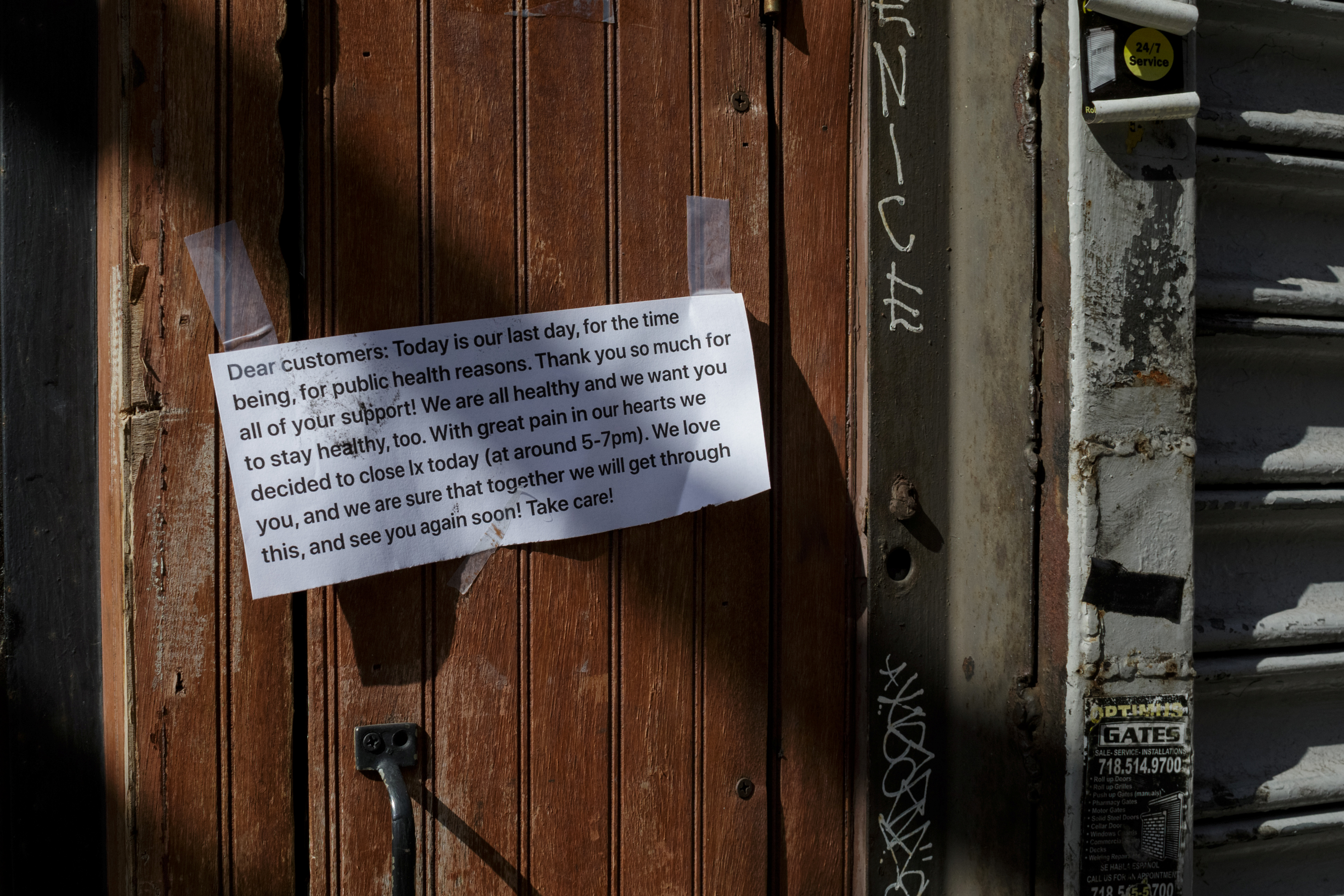 Printed signs are taped to the outside of Ix restaurant announcing its closure, in the Brooklyn borough of New York City, U.S., on April 2, 2020 amid the CCP virus outbreak. (Anna Watts/Reuters)