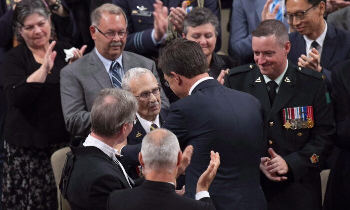 Prime Minister of the Netherlands Mark Rutte speaks with Royal Canadian Dragoons veteran Donald White, who helped liberate Holland, after speaking to the House of Commons in Ottawa, on Oct. 25, 2018. (Adrian Wyld/The Canadian Press)