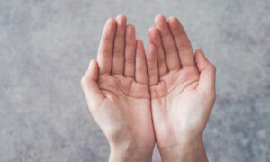 4 Ways Your Palms Can Read Your Personality–What Does Your 'Heart Line' Say About You?