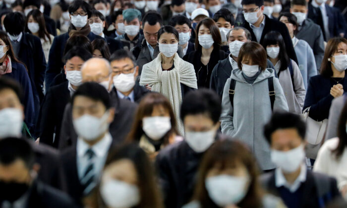 People wear face masks at Shinagawa station during the rush hour after the government expanded a state of emergency to include the entire country following the CCP virus (COVID-19) outbreak, in Tokyo, Japan, on April 20, 2020. (Kim Kyung-Hoon/File Photo/Reuters)