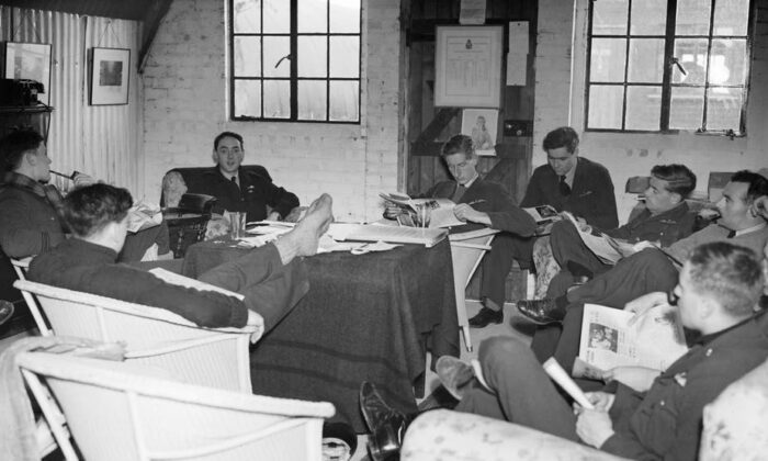 Pilots and air crew passing the time with books and newspapers. (S.A. Devon, RAF official photographer/Imperial War Museum)