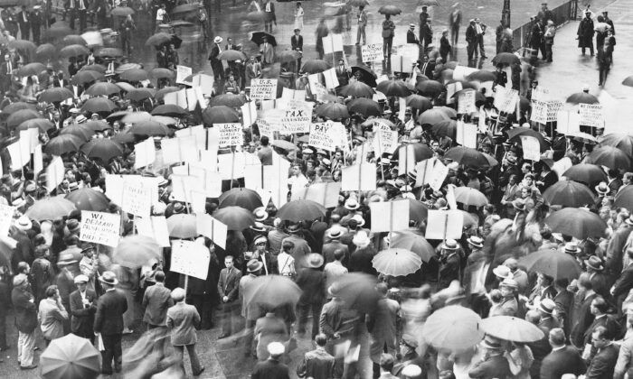 Crowd of depositors gather in the rain outside Bank of United States after its failure during the Great Depression of the 1930s. (Library of Congress via Wikimedia Commons)