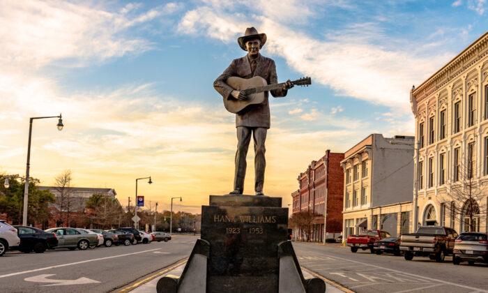 Statue of country singer Hank Williams on Commerce Street. (JNix/Shutterstock)