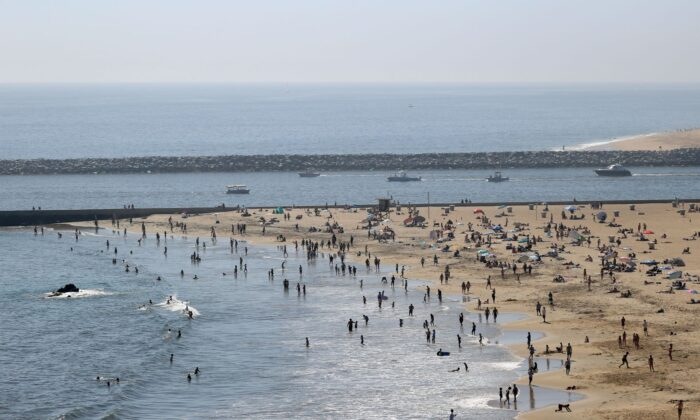 People are seen gathering on the Corona del Mar State Beach in Newport Beach, California, on April 25, 2020. (Michael Heiman/Getty Images)
