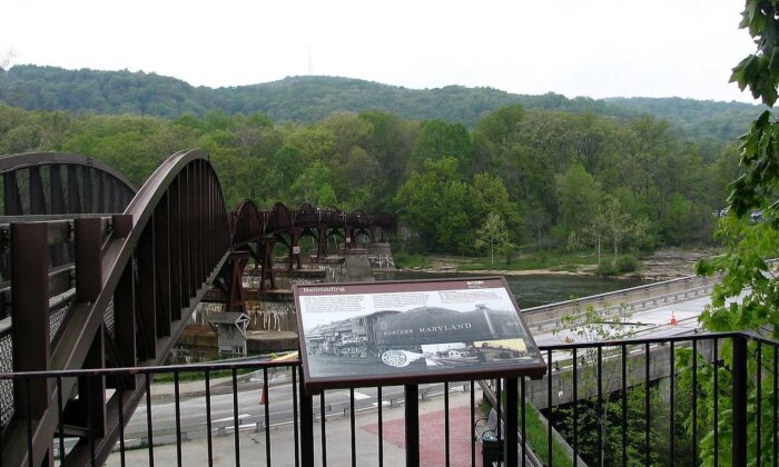 The walking bridge in Ohiopyle State Park on May 4, 2006. (Clinton N. Godlesky via Wikimedia)