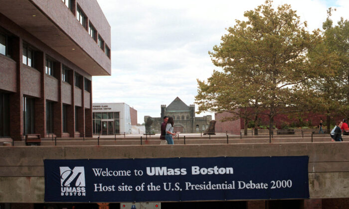 Students walk past a banner promoting the first presidential debate to be held at the University of Massachusetts–Boston, in Boston, Mass., on Oct. 3, 2000. (Darren McCollester/Newsmakers)