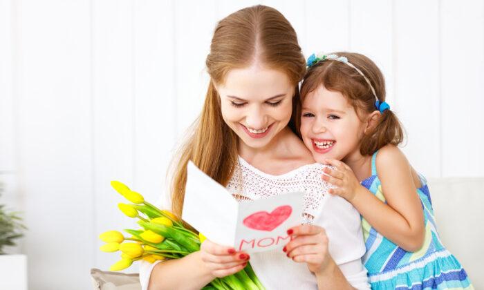 Create heartfelt cards and put together a bouquet of fresh flowers. (Von Evgeny Atamanenko/Shutterstock)