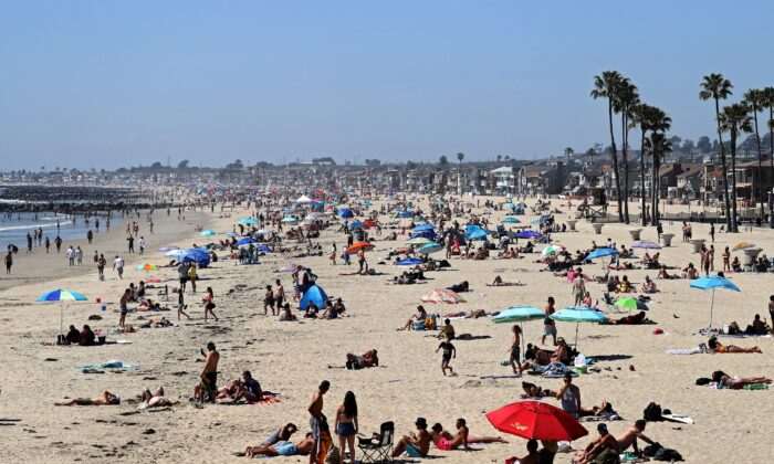 People are seen gathering on the Corona del Mar State Beach in Newport Beach, California on April 25, 2020. (Michael Heiman/Getty Images)