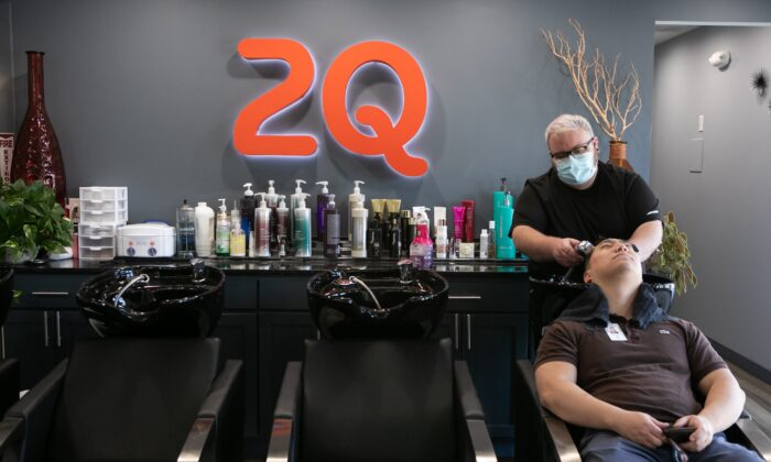 Harris Little washes Matt Kim's hair at 2Qute Hair Salon in Atlanta, Georgia, on April 27, 2020. (Jessica McGowan/Getty Images)