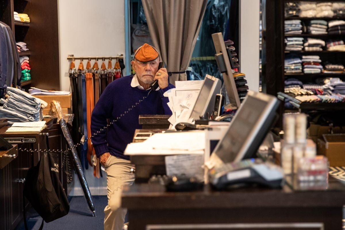 Eliot Rabin, chủ cửa hàng Peter Elliot, làm việc trong cửa hàng của mình ở New York.