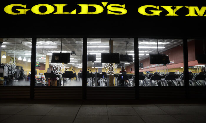 People work out at a Gold's Gym in Washington on March 16, 2020. (Alex Wong/Getty Images)