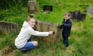 Brit Dad and Three Kids Clean Strangers' Gravestones During CCP Virus Lockdown