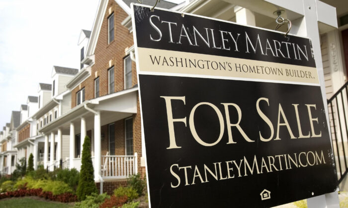 "A ""For Sale"" sign on a residential corner in Centreville, Va., on 29 Aug. 2006. (Paul Richards/AFP/Getty Images)"