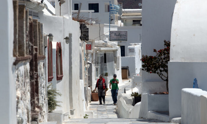 Locals make their way in Oia on the island of Santorini, Greece, May 7, 2020. (REUTERS/Alkis Konstantinidis)