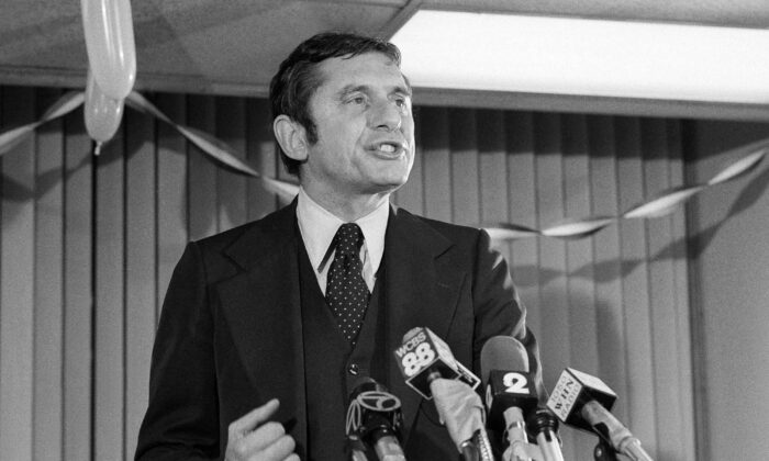 Conservative Barry Farber, who was far behind in the New York City Mayoral race, thanks supporters at his headquarters, in New York, on Nov. 8, 1977.  (Dan Grossi/AP Photo)