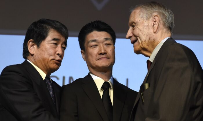Yukio Okamoto (L) shakes hands with American World War II prisoner of war James Murphy (R) at Simon Wiesenthal Center's Museum of Tolerance in Los Angeles on July 19, 2015. (Robyn Beck/AFP via Getty Images)