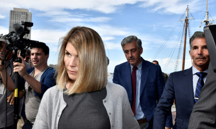 Actress Lori Loughlin and her husband, fashion designer Mossimo Giannulli leave the federal courthouse after a hearing on charges in a nationwide college admissions cheating scheme in Boston, Mass., on Aug. 27, 2019. (Josh Reynolds/Reuters)