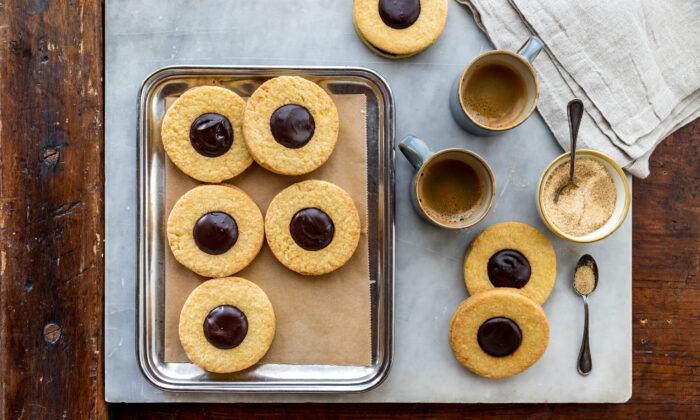 Occhi di bue, shortbread sandwich cookies. (Photo by Giulia Scarpaleggia)