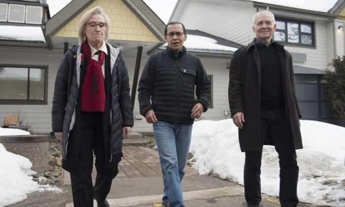 Wet'suwet'enhereditary leader Chief Woos, also known as Frank Alec (C), Minister of Crown-Indigenous Relation, Carolyn Bennett (L), and B.C. Indigenous Relations Minister Scott Fraser arrive to address the media in Smithers, B.C., on March 1, 2020. (The Canadian Press/Jonathan Hayward)