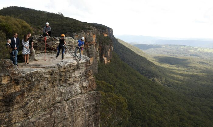 Prince William, Duke of Cambridge and Catherine, Duchess of Cambridge visit  the Blue Mountains on April 17, 2014 in Katoomba, Australia. (Phil Noble/WPA Pool/Getty Images)