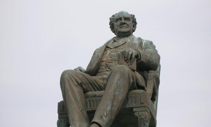 A sculpture of P.T. Barnum, 1887, by Thomas Ball, Seaside Park, Bridgeport, Connecticut. (Public Domain)