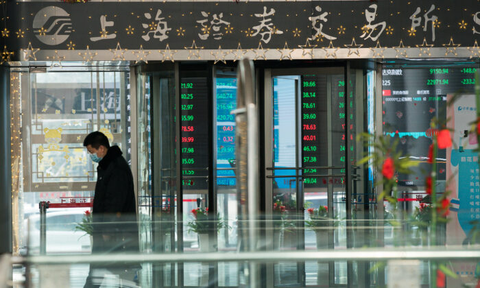 A security guard wearing a mask stands in front of the front gate of Shanghai Stock Exchange Building in Shanghai on February 3, 2020. (Yifan Ding/Getty Images)