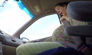Pregnant Woman Gives Birth to a 10-Pound Baby in the Seat of a Car (Flashback Video)