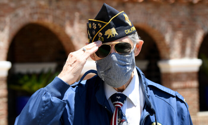 Veteran Bob Pease salutes on Memorial Day at the Los Angeles National Cemetery in Los Angeles, California, on May 25, 2020. (Harry How/Getty Images)