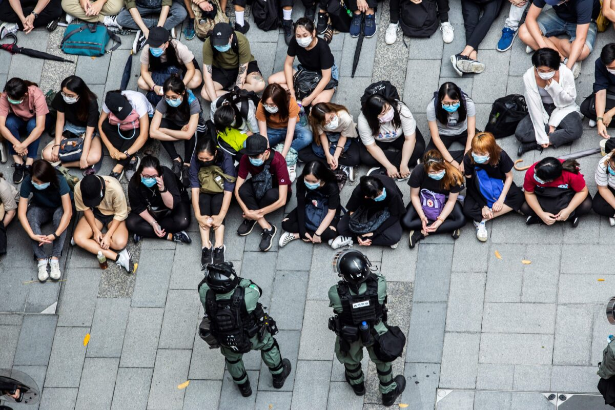 Pořádková policie zadržuje množství prodemokratických demonstrantů během demonstrace  v Hongkongu 27. května 2020. (Isaac Lawrence/AFP via Getty Images)