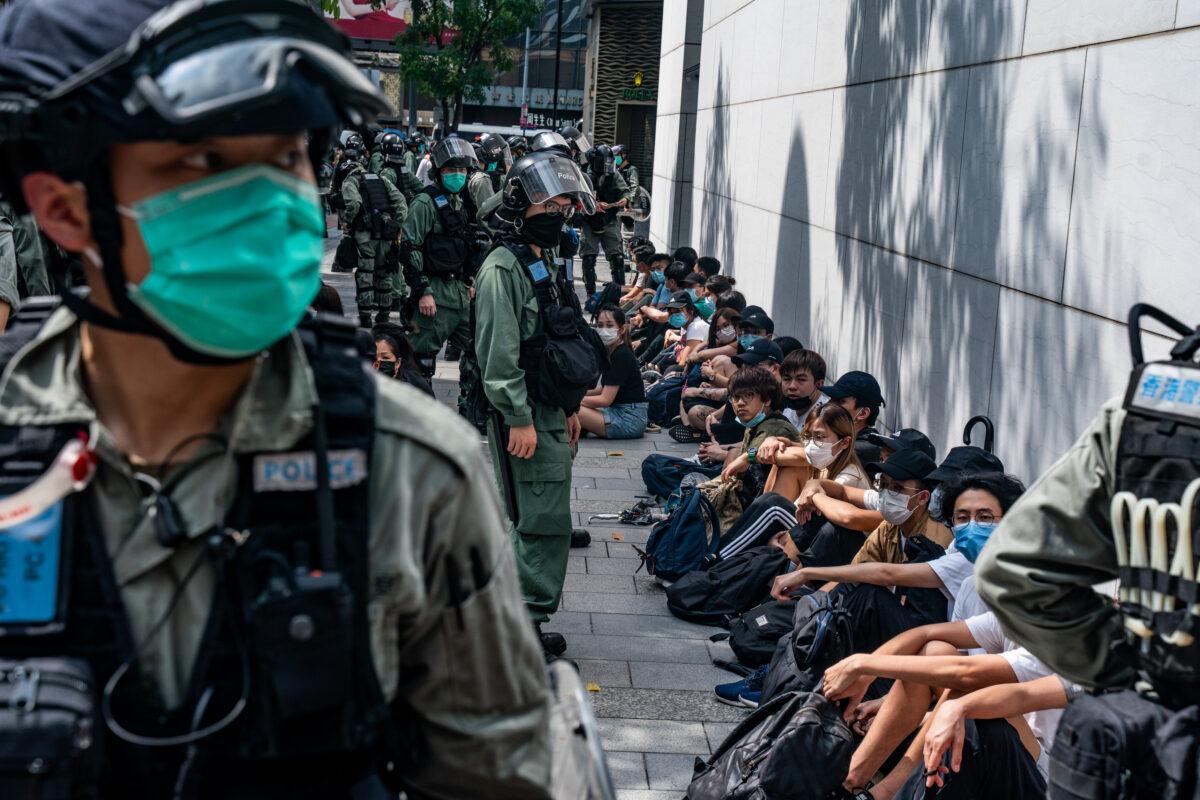 Pořádková policie zadržuje množství prodemokratických demonstrantů během demonstrace  v Hongkongu 27. května 2020. (Anthony Kwan / Getty Images)