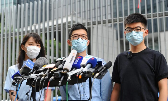 (L-R) Agnes Chow, Nathan Law, and Joshua Wong of local pro-democracy party Demosistō—Agnes held a press conference in Hong Kong on May 28, 2020. (Song Bilung/The Epoch Times)