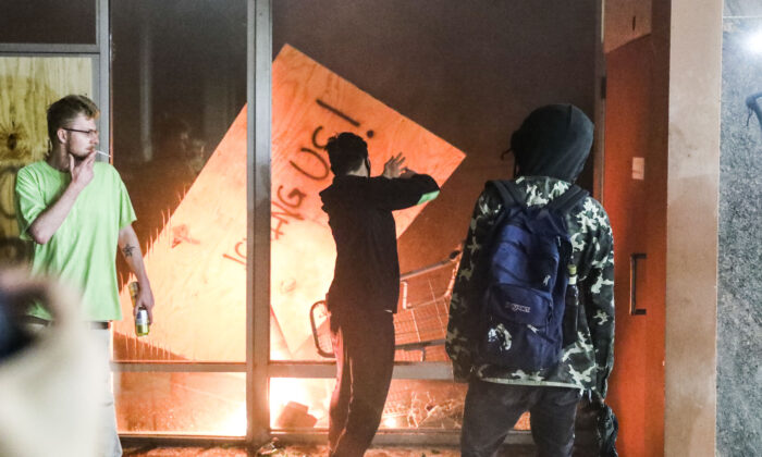 Rioters set fire to a Wells fargo bank across the street from the Minneapolis Police 5th Precinct during the fourth night of protests and violence following the death of George Floyd, in Minneapolis, Minn., on May 29, 2020. (Charlotte Cuthbertson/The Epoch Times)
