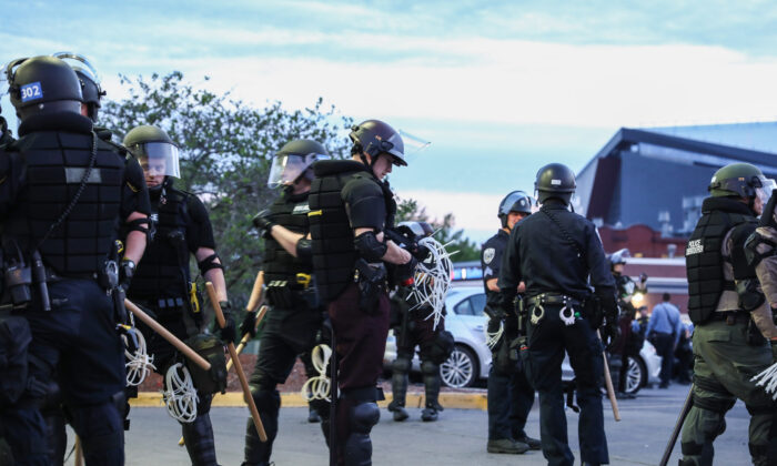 State and local police prepare to arrest around 100 protesters after they stayed out beyond the governor's 8 p.m. curfew during the sixth night of protests and violence following the death of George Floyd, in Minneapolis, Minn., on May 31, 2020. (Charlotte Cuthbertson/The Epoch Times)