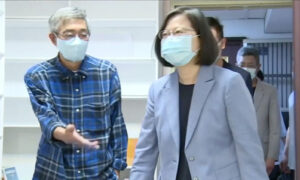 Taiwan President Visits Bookstore to Show Support for Hong Kong