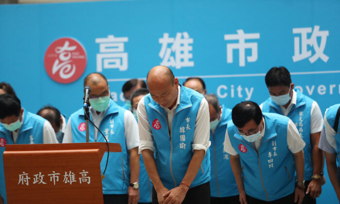 Han Kuo-yu (center) takes a bow during a press conference following a local recall election in Kaoshiung, Taiwan, on June 6, 2020. (Central News Agency)