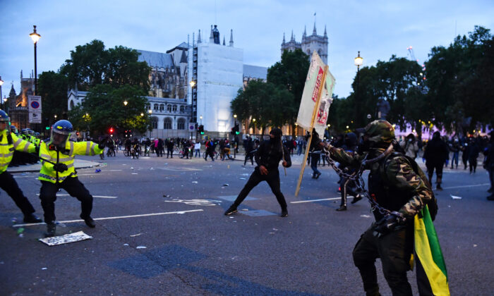 Demonstrators clash with police in London, UK, on June 7, 2020. (Dylan Martinez/Reuters)