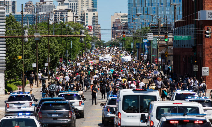 Protesters take to the streets of Chicago, Ill., on June 06, 2020. (Natasha Moustache/Getty Images)