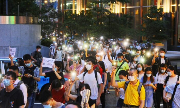 People march on Queen's Road in Central, Hong Kong, on June 9, 2020. (Song Bilong/The Epoch Times)