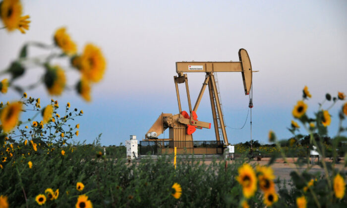 A pump jack operates at a well site leased by Devon Energy Production Company near Guthrie, Okla., on Sept. 15, 2015. (Nick Oxford/File Photo/Reuters)