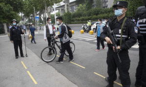Facing a Tough Job Market, Thousands in Wuhan Apply for Auxiliary Police Position