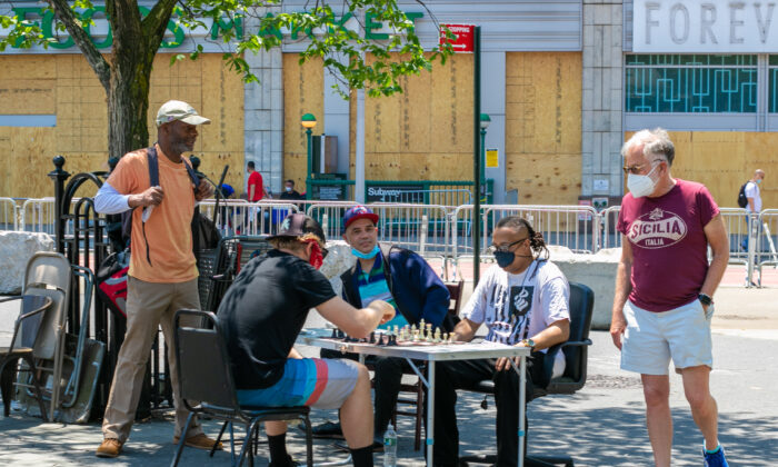 A group of people play chess outside during the COVID-19 pandemic in Manhattan, N.Y., on June 9, 2020. (Chung I Ho/The Epoch Times)