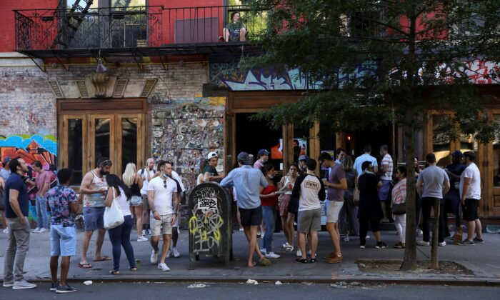 People drink outside a bar during the reopening phase amid the COVID-19 pandemic in the East Village neighborhood of New York City, N.Y., June 13, 2020. (Caitlin Ochs/Reuters)