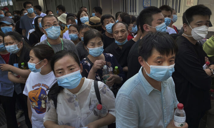 People who have had contact with the Xinfadi Wholesale Market, or someone who has, line up for a nucleic acid test for CCP virus at a testing center in Beijing, China, on June 16, 2020. (Kevin Frayer/Getty Images)