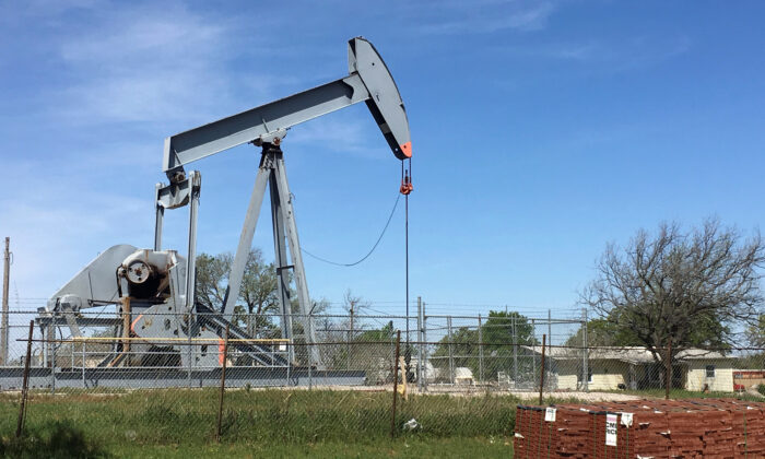 An oil pumpjack is seen in Velma, Oklahoma on April 7, 2016. (Luc Cohen/Reuters/File Photo)