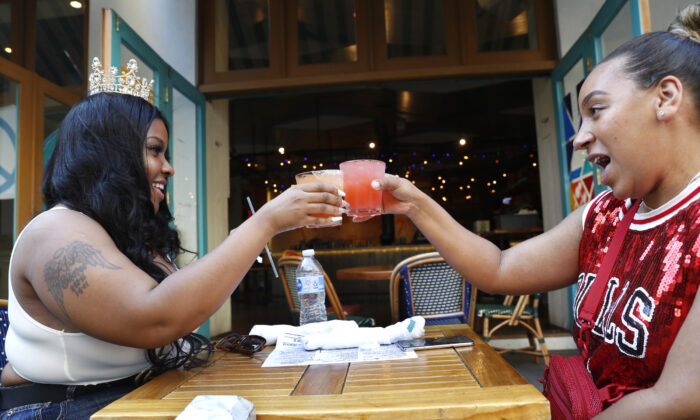 Maya Evans (R) toasts friend Tiffany Webster, 30, on Webster's 30th birthday during the first day of the city's phase two reopening from the CCP outbreak, on the Upper West Side of Manhattan in New York City on June 22, 2020. (Kathy Willens/AP Photo)