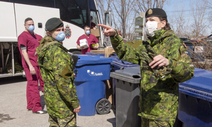 Canadian Armed Forces personnel arrive at the Villa Val des Arbes seniors residence on April 20, 2020 in Laval, Que. (The Canadian Press/Ryan Remiorz)